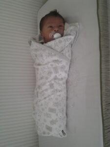 A regra dos 5 s para acalmar o bebê - charutinho de cueiro de algodão