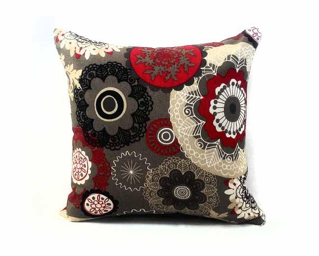 Como fazer bom uso de almofadas na decoração - Almofada vermelho preto e cinza