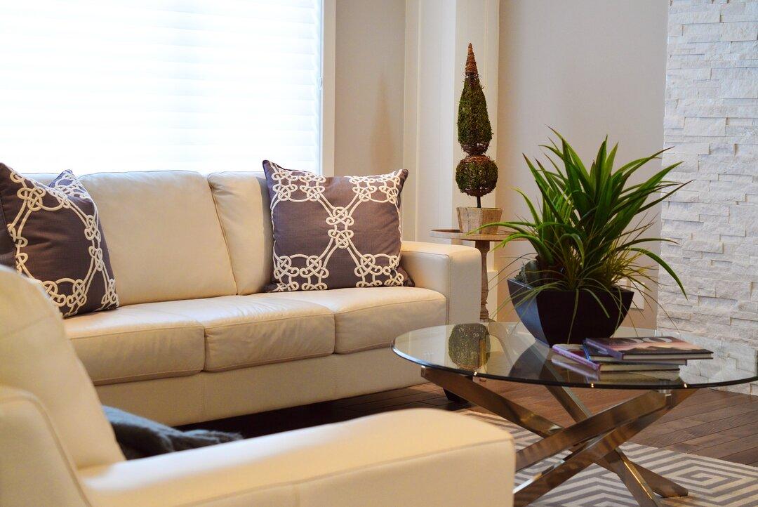 Como fazer um bom uso de almofadas na decoração - estampas e paleta de cores