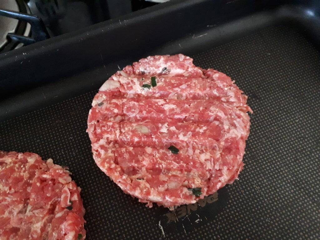 Hambúrguer caseiro saudável - hambúrgueres no tabuleiro, pronto para congelar