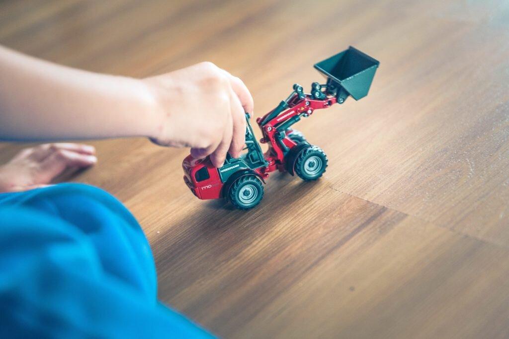 O que fazer nas férias escolares em casa - brincar de carrinho
