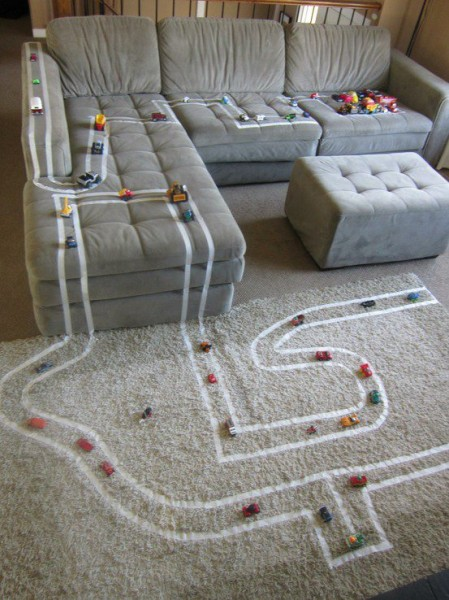 O que fazer nas férias escolares em casa com as crianças - caminhos com fita