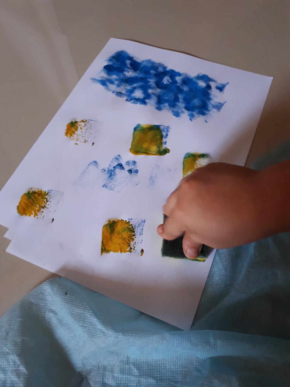 O que fazer nas férias escolares em casa - pintar com tinta e esponja