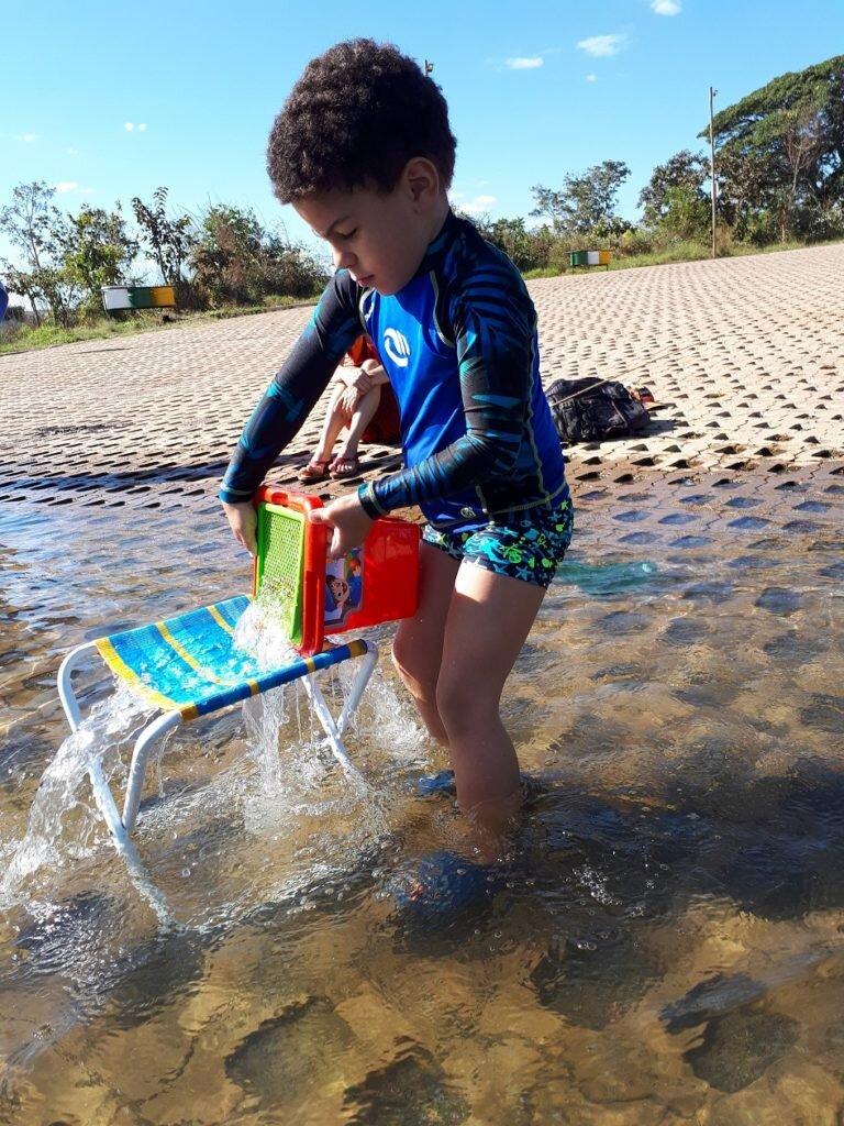 Passeio no lago corumbá IV-Estevao brincando com água 1