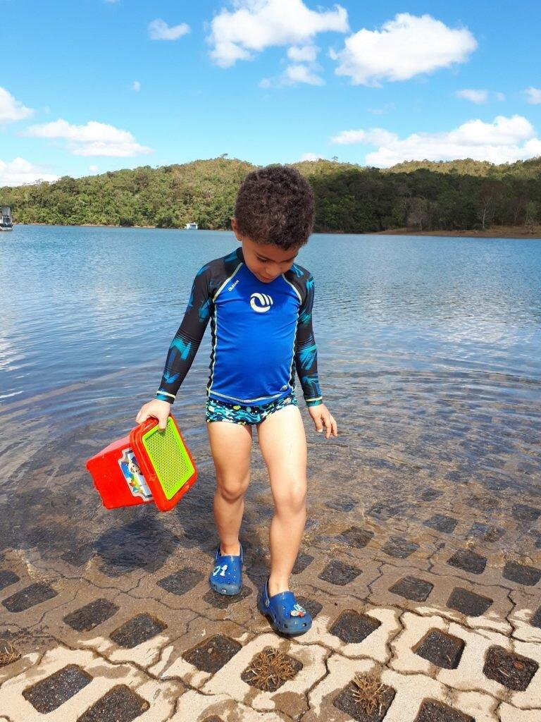 Passeio no lago corumbá IV-Estevao brincando com água pra variar