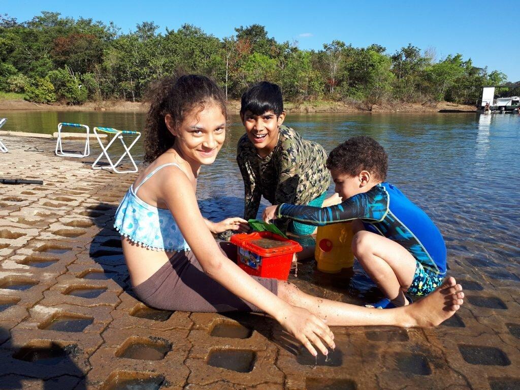 Passeio no lago corumbá IV-Estevao brincando com as crianças
