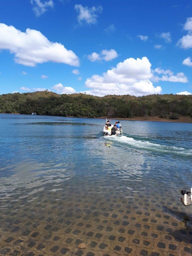 Passeio no lago corumbá IV -lancha no rio