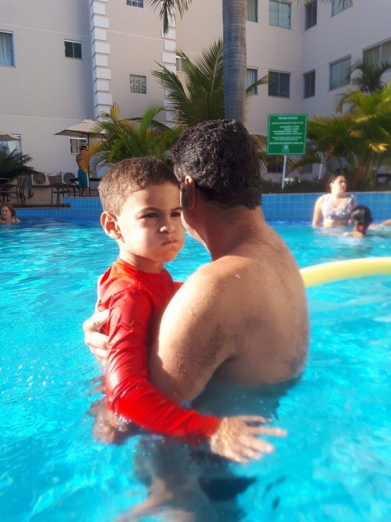 Conhecendo a piscina de adulto com o papai