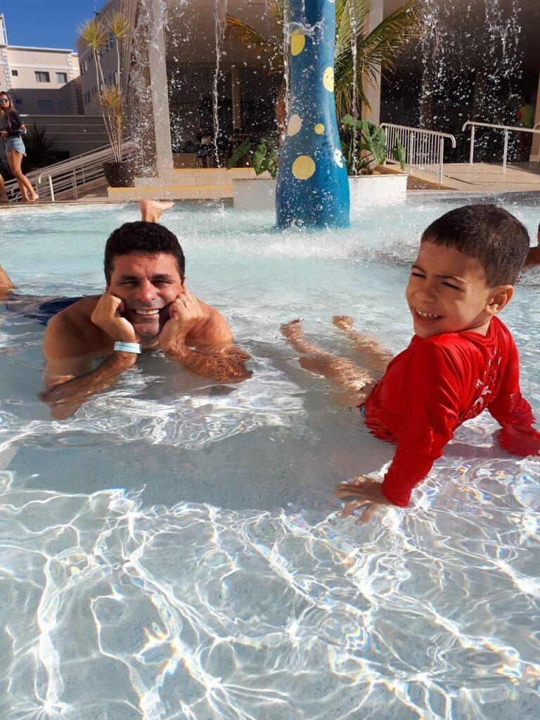 Curtindo piscina com o papai na área kid do resort Encontro das águas