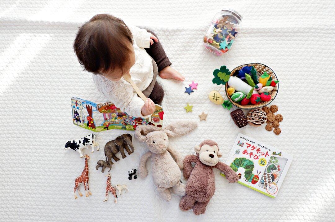 Brinquedos para crianças conforme a idade do desenvolvimento dela - capa