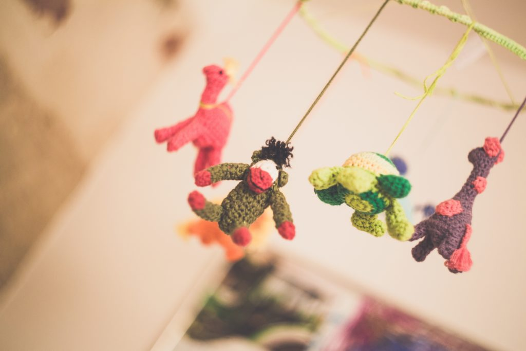 Brinquedos para criança conforme a idade do desenvolvimento dela - mobiles