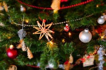 Dicas para montar árvore de natal, decorando