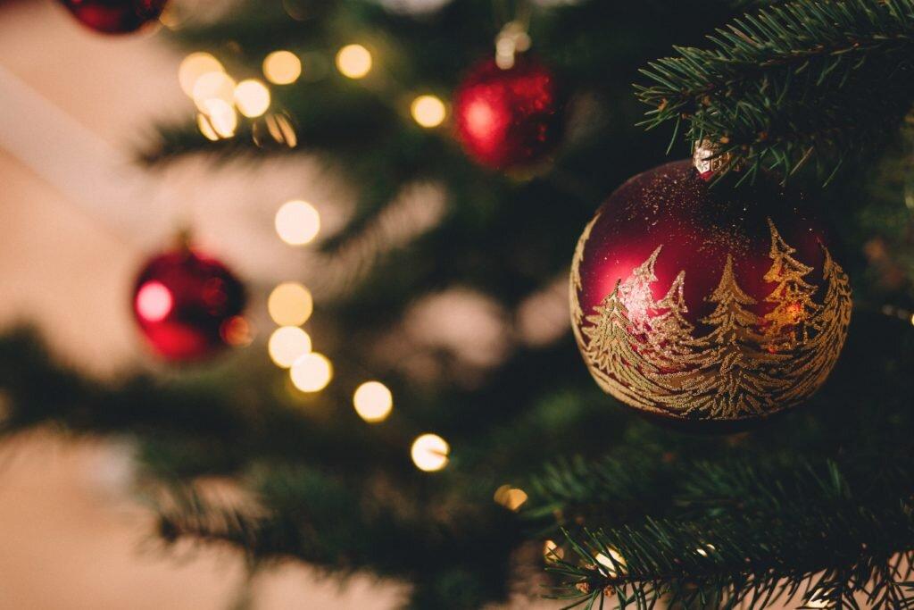 Dicas para montar árvore de natal, decorando com bolas