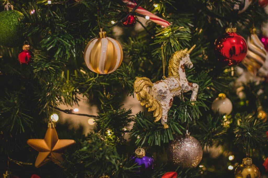 Dicas para montar árvore de natal, decorando com dourado e vermelho