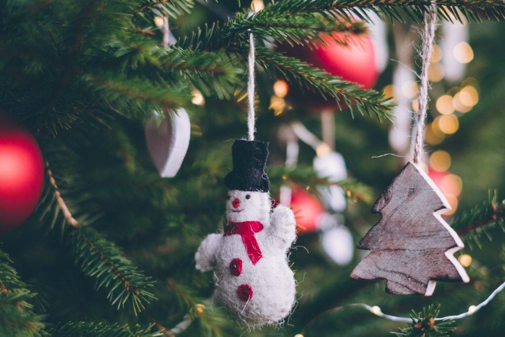 Dicas para montar árvore de natal, decorando com enfeites variados 1