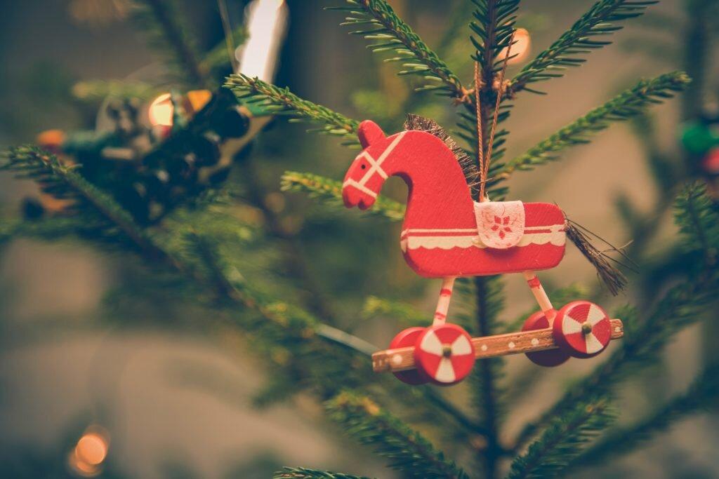 Dicas para montar árvore de natal, decorando com enfeites variados 2