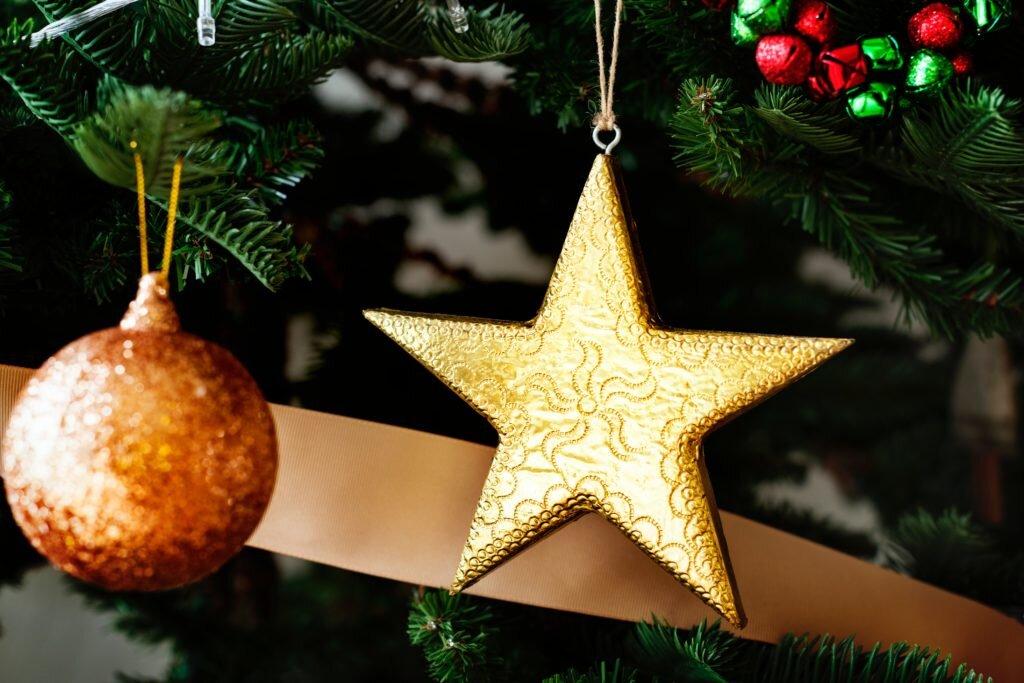 Dicas para montar árvore de natal, decorando com enfeites variados 3