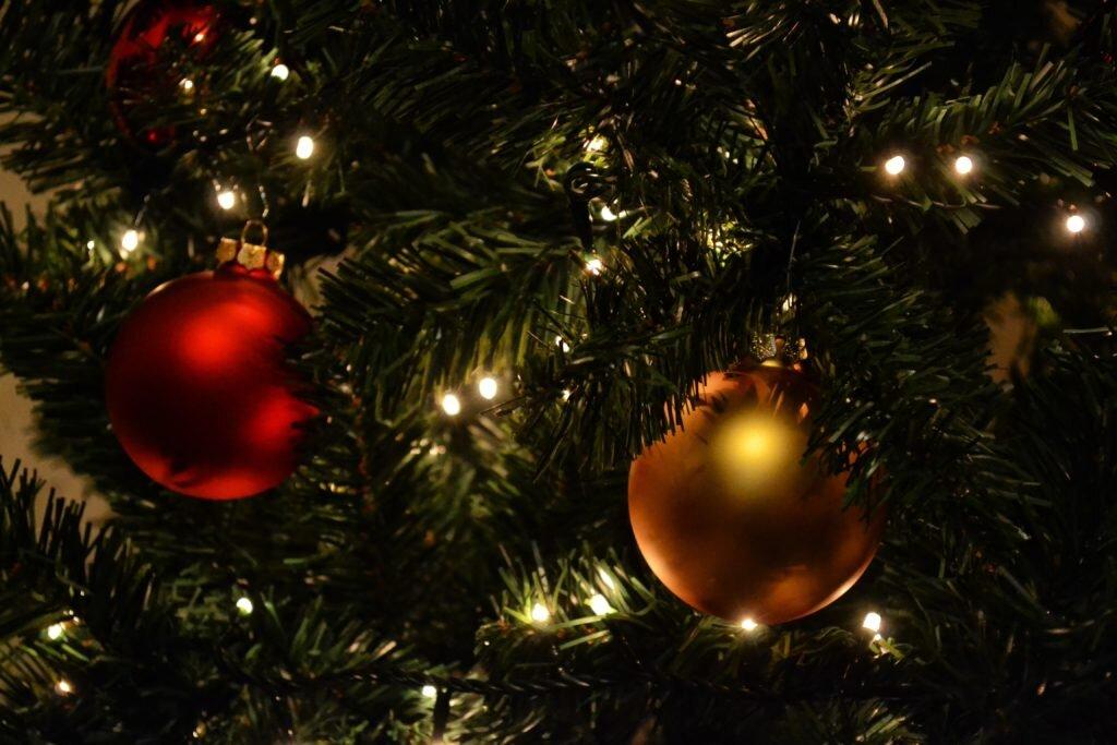 Dicas para montar árvore de natal vermelho e dourado apenas