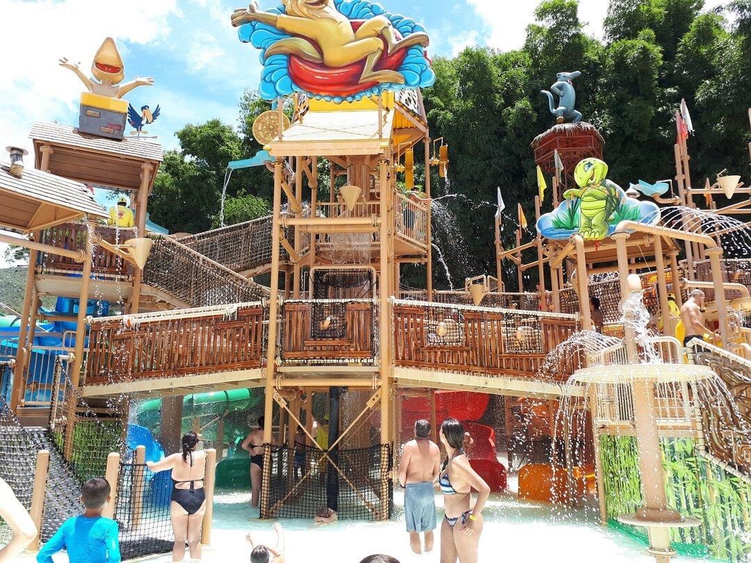 Vista panorâmica do complexo da piscina no Hotbum