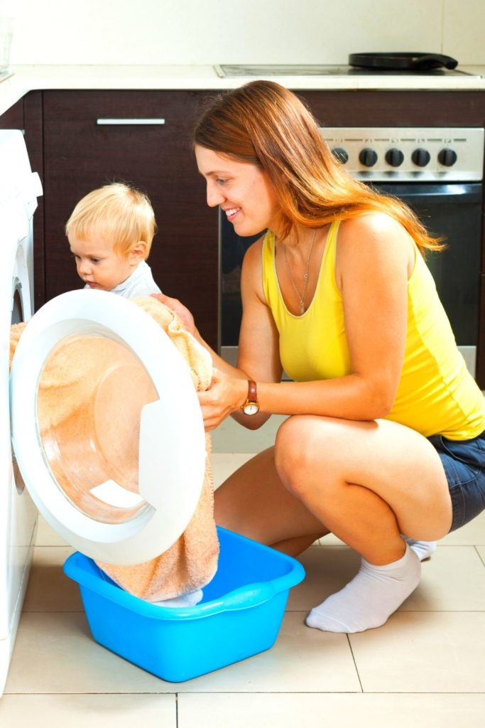 Tarefas domésticas: bebês de dois anos conseguem colocar roupa na máquina